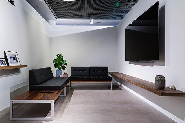 tv aan de wand in smalle woonkamer